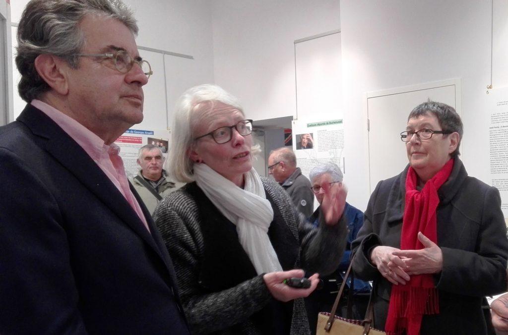 Alain Claeys, député maire de Poitiers avec Anne Venisse, secrétaire de VRID et de VAPRVM et Catherine Glasz, fille de Georges Angéli lors de l'inauguration de l'exposition le 1er mai 2017